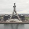 2本の煙突の解体の仕方がまさにドリフを想像させる!