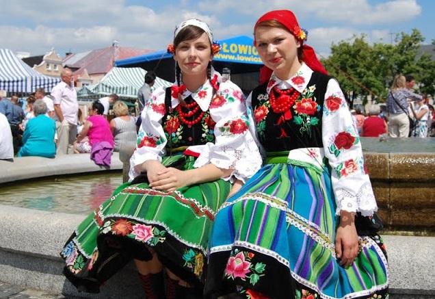 可愛いポーランドのウォヴィッチ族の民族衣装