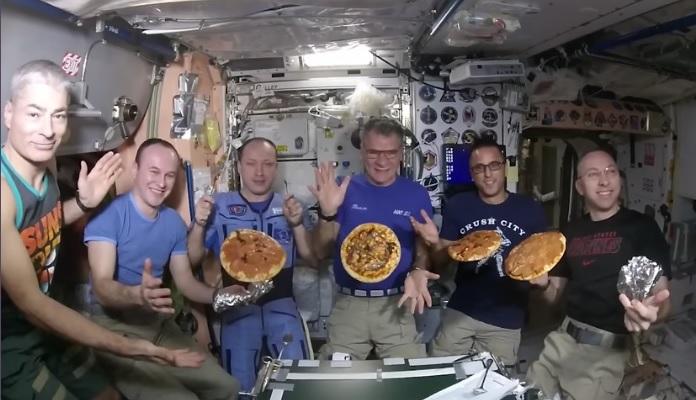 宇宙ステーションでピザ1