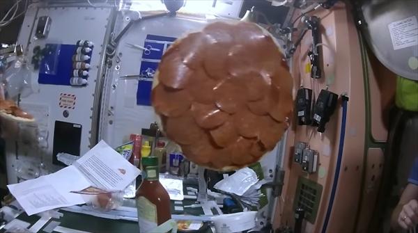 宇宙ステーションでピザ5
