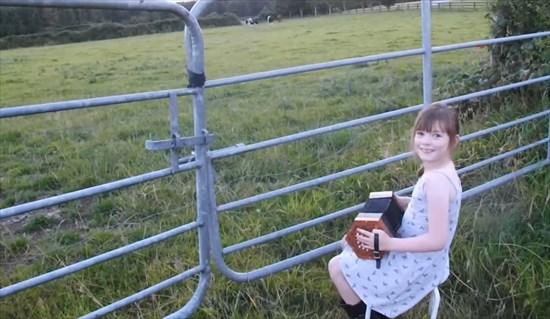 少女の奏でる音に牛たちが集まってきた2