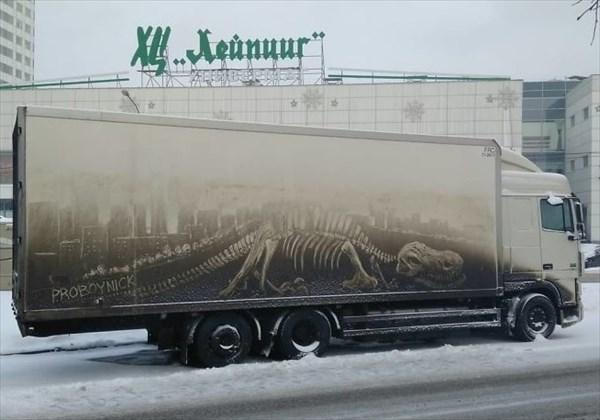 トラックの汚れをアートに 1