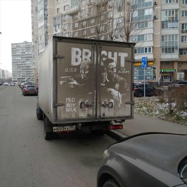 トラックの汚れをアートに 11