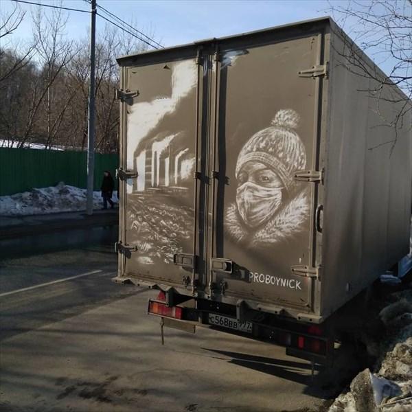 トラックの汚れをアートに 9