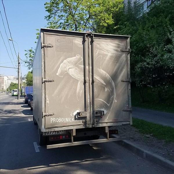 トラックの汚れをアートに 6