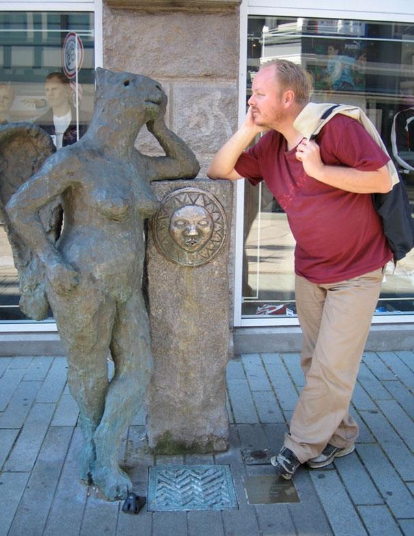 写真一枚で笑いを生み出す!面白おかしく銅像とコラボした人たち 11