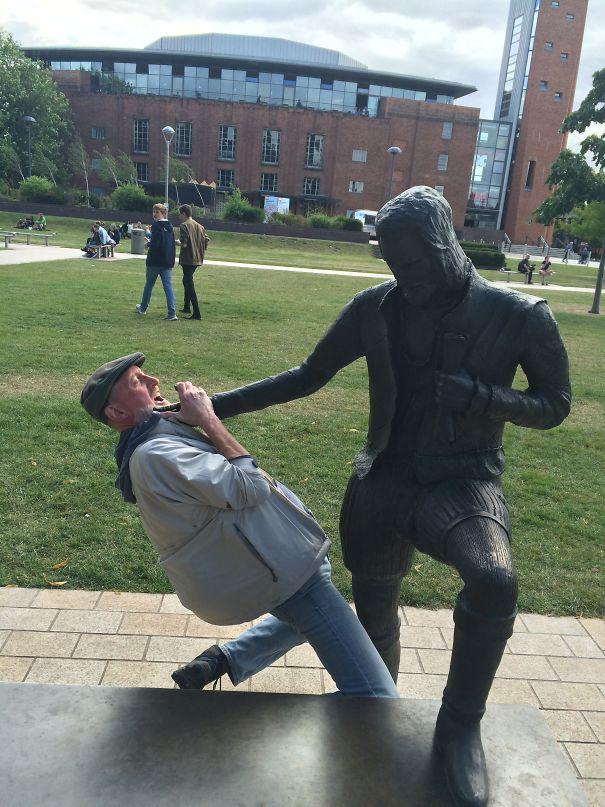 写真一枚で笑いを生み出す!面白おかしく銅像とコラボした人たち 12