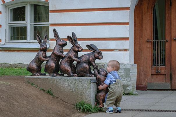 写真一枚で笑いを生み出す!面白おかしく銅像とコラボした人たち 14