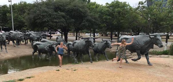 写真一枚で笑いを生み出す!面白おかしく銅像とコラボした人たち 2