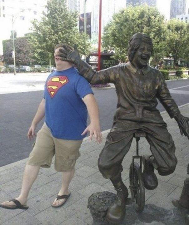 写真一枚で笑いを生み出す!面白おかしく銅像とコラボした人たち 4
