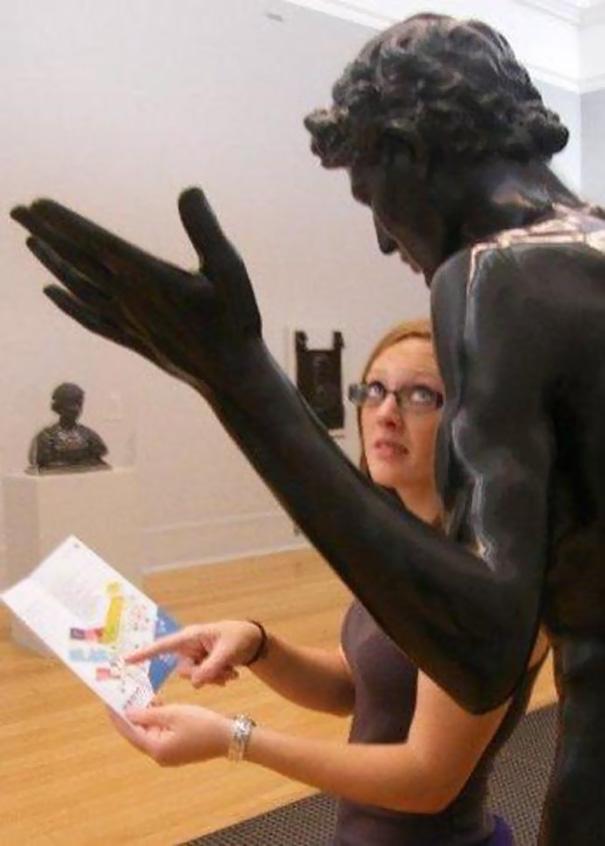 写真一枚で笑いを生み出す!面白おかしく銅像とコラボした人たち 7